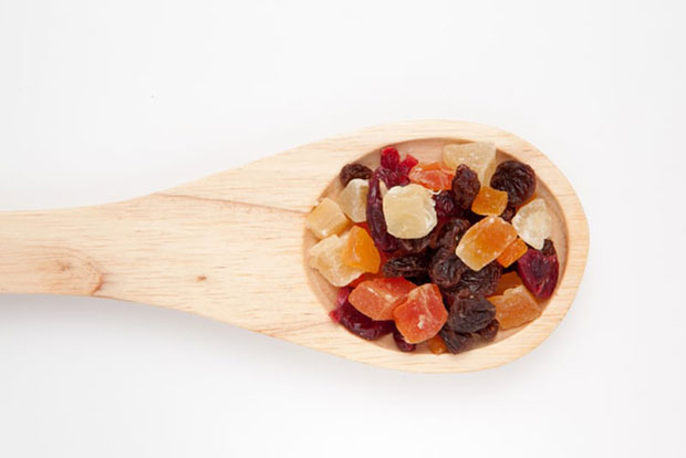 How to eat healthy while traveling by eat dried fruits