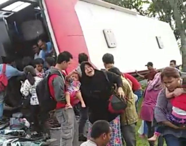 Bus Murni Penuh Penumpang Terguling di Balaraja, Puluhan Penumpang Luka-Luka