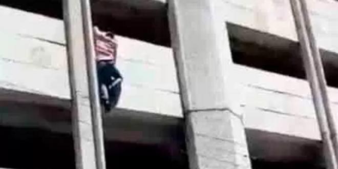 Joven que se avienta de un edificio durante el temblor (VIDEO)