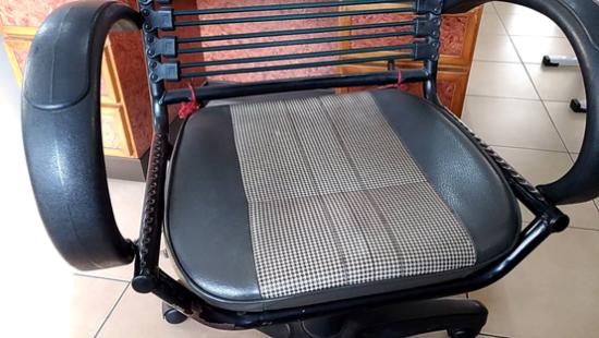 由報廢的電動代步車拆除的座椅,狀況極佳。識貨客人會拿去改裝成一般座椅。
