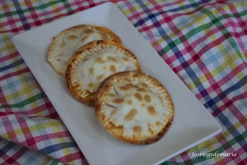 Empanadillas redondas con pollo y queso cabrales