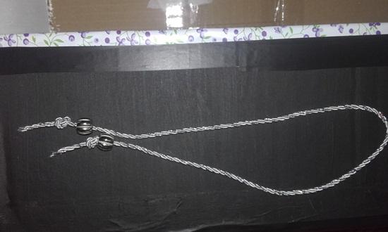 Passe o finalizador no cordão e de um nó de cada lado