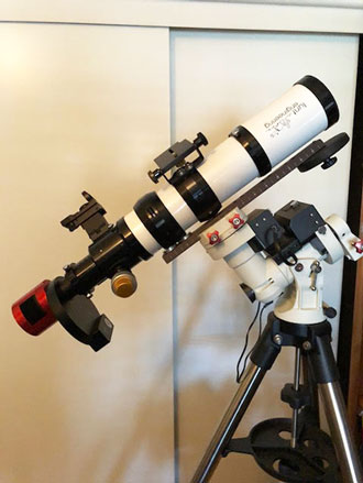 New CMOS camera (red) with attached filter wheel on 80mm refractor (Source: Palmia Observatory)