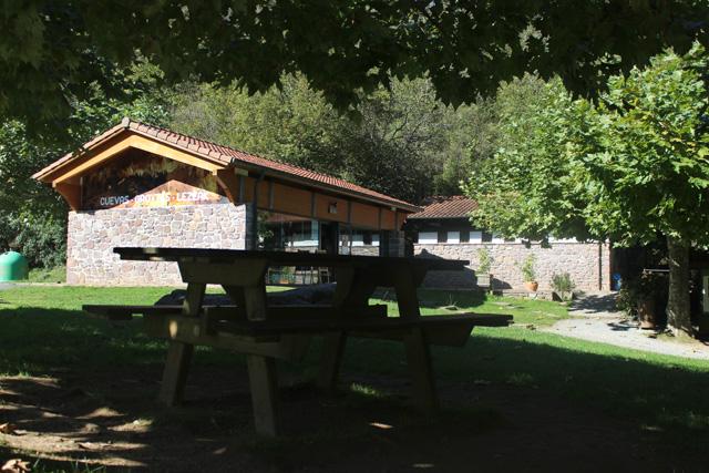La cueva de Ikaburu, tienda de recuerdos y artesanía, y merendero