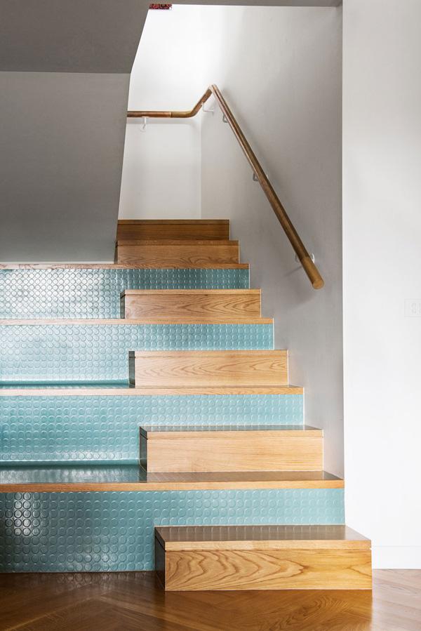 Boa ideia decorativa do dia: a escada em turquesa ficou linda. Blog Achados de Decoração