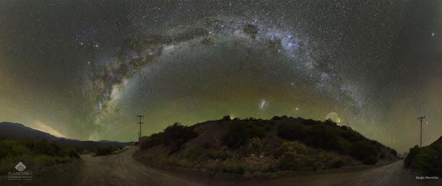 Bầu trời đầy sao toàn cảnh ở Argentina. Tác giả: Sergio Montúfar; Acknowledgement: Planetario Ciudad de La Plata / CASLEO observatory.