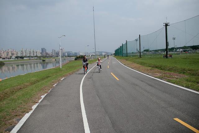 台北河濱公園自行車道 基隆河左岸鐵馬行