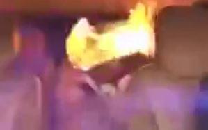 Se hace Arder dentro de un Auto