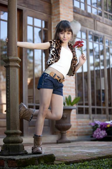 6b7e4e437bec4 Aos 11 anos de idade, Larissa Manoela é atriz, cantora, modelo, faz  dublagens, participações vips em eventos... e já está bem acostumada com a  rotina ...