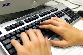 """El envío de mensajes o fotos sexualmente explícitas a través de teléfono móvil, práctica conocida como """"sexting"""", puede ser parte del cortejo para los jóvenes de la generación de internet, según un estudio difundido hoy. Investigadores de la Universidad de Michigan (UM) han analizado el comportamiento de 3.447 jóvenes con edades de entre 18 a 24 años, y encontraron que, si bien el """"sexting"""" es muy común, no lo asocian con conductas sexualmente arriesgadas o con problemas psicológicos. """"Estas conclusiones contradicen la percepción pública del 'sexting'"""", señaló José Bauermeister, profesor de la Escuela de Salud Pública de la UM y"""