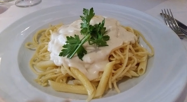 Espaguetis con salsa cuatro quesos