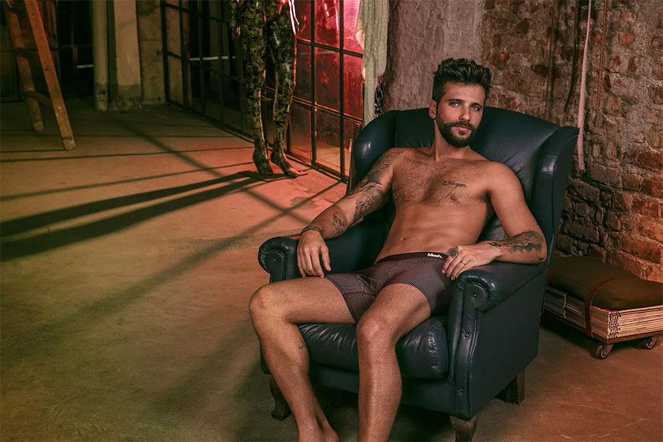 De cueca, Bruno Gagliasso relaxa em um sofá. Foto: André Nicolau