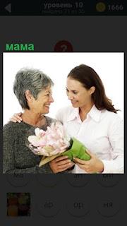 Пожилой маме дочка в подарок преподносит букет цветов с оформлением