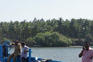 La chiesa di San Gaetano di Goa vista dal fiume Mandovi