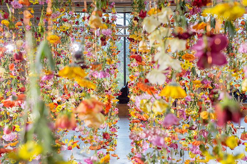 Jardín primaveral suspendido dentro de centro comercial alemán deleita a los visitantes