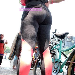 Bonita chica calle usando ropa deportiva entallada