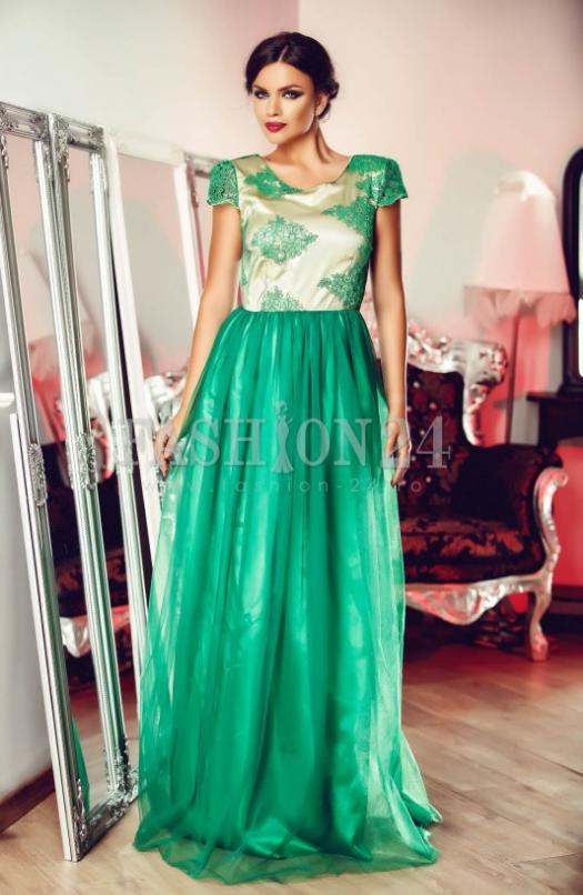 rochie lunga, verde, de ocazie precum modeul Green Ornament. Are manecile scurte, decolteul rotund, insertii din tul, broderie in zona bustului