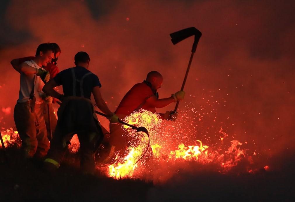 Пожежники гасять лісову пожежу на Зимовому пагорбі біля Болтона