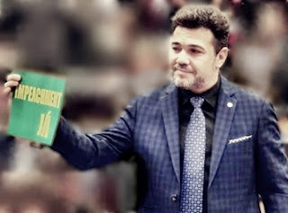 """Deputado Federal Marco Feliciano empunha placa com os dizeres """"impeachment já""""."""