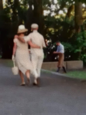 Ein Paar geht Arm in Arm