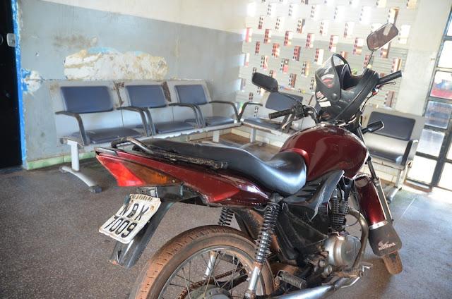 Moto com placa a adulterada é encontrada abandonada em Cacoal