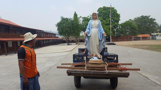 La imagen de la Virgen preparada para la procesión y para recibir el agua