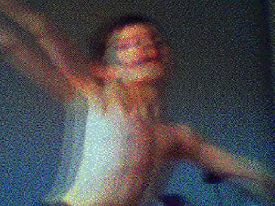 Le jeune garçon dans le bonheur du mouvement pourrait dire la phrase titrologique mais, la signature, par citation finale, de Mohamed Ali rassemble à son corps dansant, la boxe - ainsi dite chorégraphie et légèreté. Les sens opposés font sens. Et ce, en un Billy Elliot heureux qui s'empare de l'espace iconique dans les mouvements de plaisir et de jeux mimétiques du... papillon !
