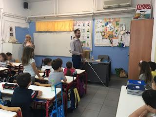 Ο Βαγγέλης δείχνει το λευκό μπαστούνι στα παιδιά