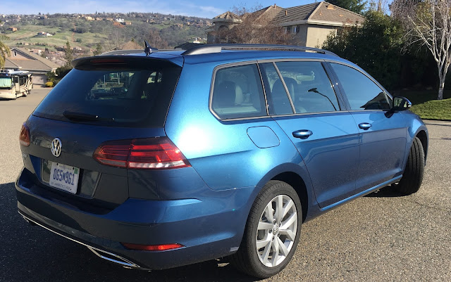 Rear 3/4 view of 2019 Volkswagen Golf SportWagen SE
