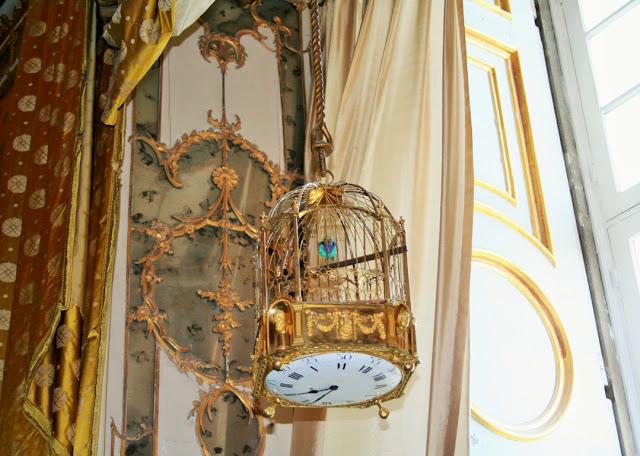 orologio, gabbia per uccelli, tende