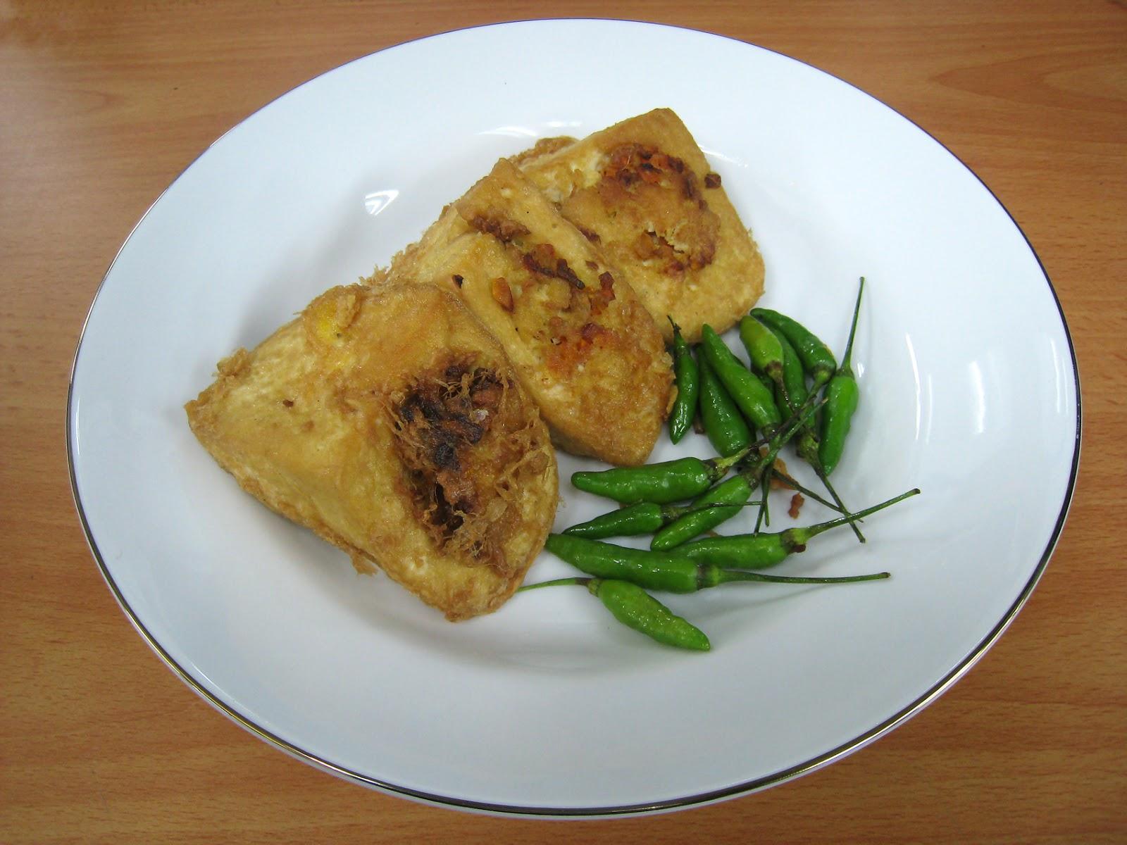 Makan gorengan dengan cabai rawit mentah (wikipedia.org)