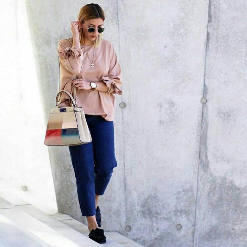 Look para meia estação com calça jeans cropped e blusa nude