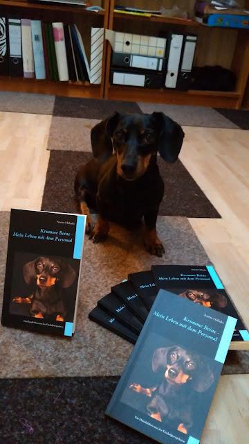 Motte mit ihrem Buch: Krumme Beine - Mein Leben mit dem Personal