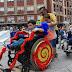 Niños y adultos prueban la silla de ruedas para descubrir los obstáculos de la ciudad