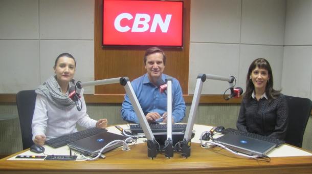 As novas apresentadoras Cassia Godoi e Tatiana Vasconcellos, ao lado de Milton Jung, nos estúdios da CBN, em São Paulo (Foto:Fábio Portugal/Divulgação/CBN)