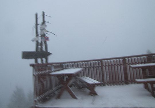 Śnieżna zawierucha na szczycie Lubonia Wielkiego.