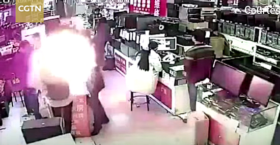 Explosão na cara -  nunca faça isso na hora de comprar um celular - Capa