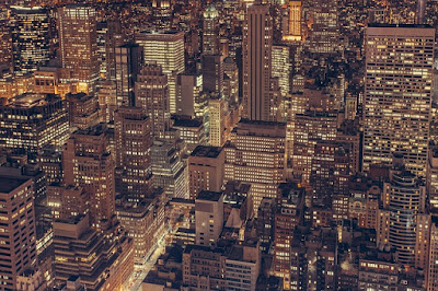 cidade-muito-iluminada-durante-a-noite