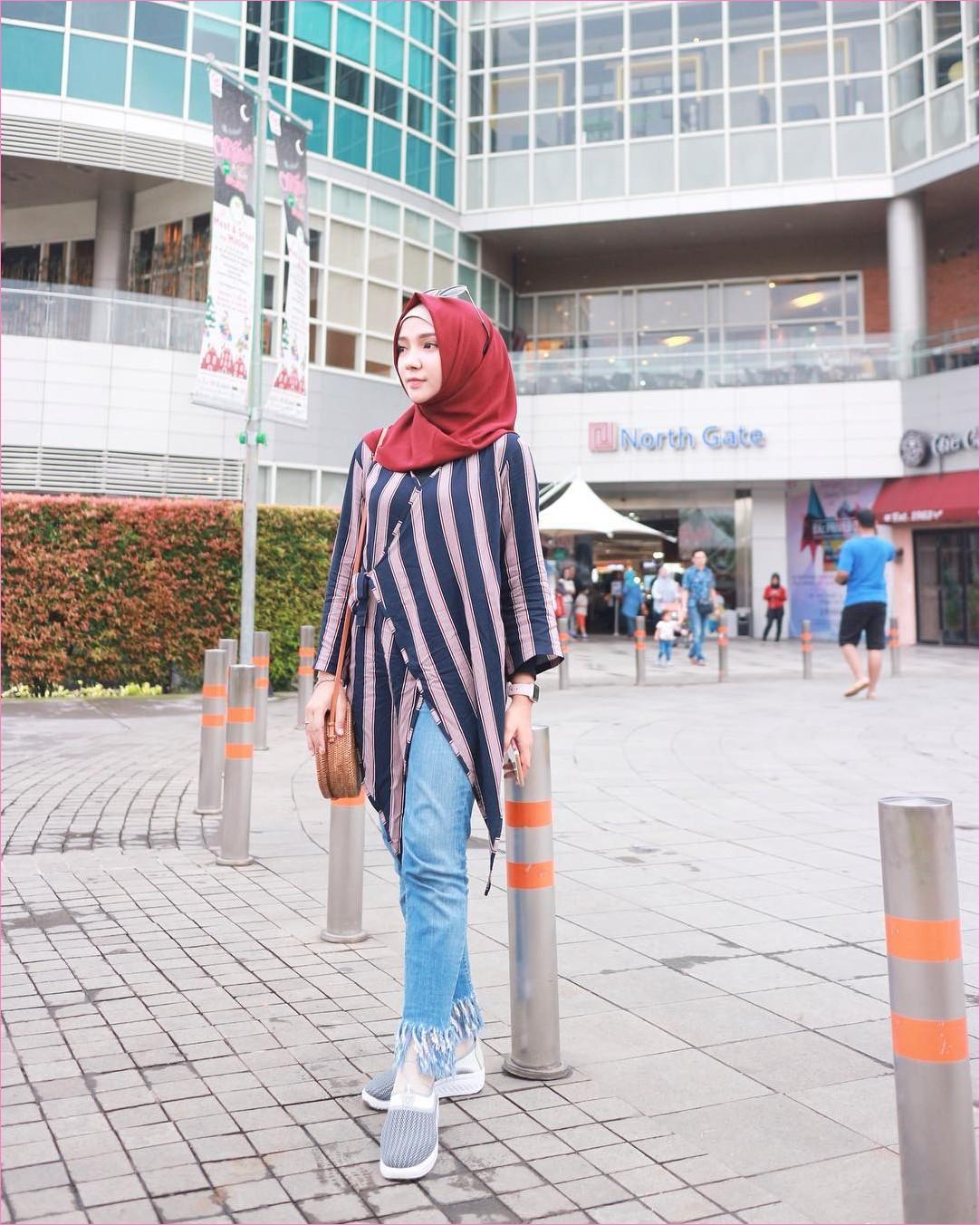 Outfit Celana Jeans Untuk Hijabers Ala Selebgram 2018 mangset hitam tunic outer stripe biru tua ungu slingbags rotan hijab pashmina diamond merah tua pants jeans denim sneakers kets lace ups abu jam tangan ootd trendy ciput