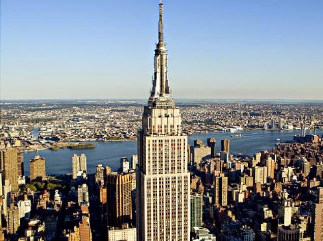 L'Empire State Building è completamente conforme alla normativa ADA. Dispone di toilette per disabili presso l'Osservatorio dell'86° piano e anche di binocoli e muri ribassati. I cani di assistenza sono ammessi in tutto l'edificio.