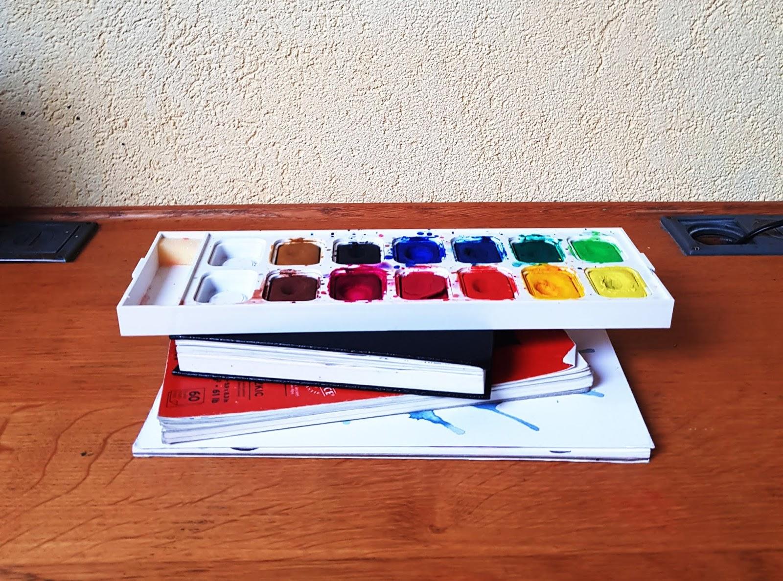 pile de fourniture de peinture et de dessin