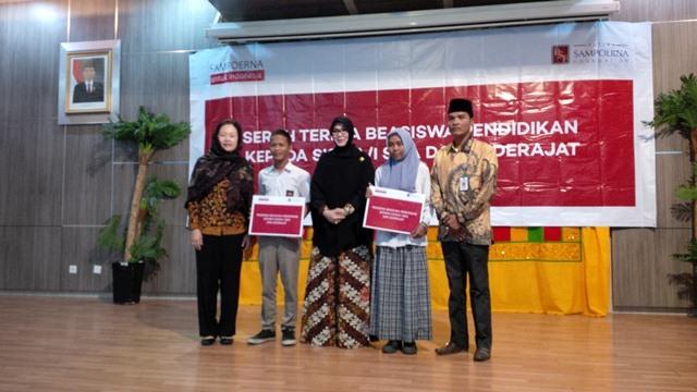 Walikota Banda Aceh Serahkan Beasiswa Pendidikan dari Perusahaan Rokok