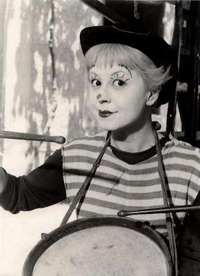 http://2.bp.blogspot.com/-uleKyfBgIss/T5OWkwl7WnI/AAAAAAAAF1w/xCd3HH4Hhng/s1600/Federico+Fellini+~+Giulietta+Masina+in+La+Strada,+1954.jpg