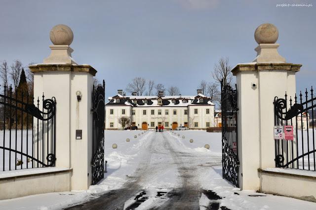 Pałac Pakoszów zimą.