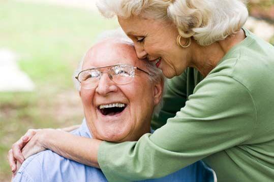 Pareja de ancianos felices porque llevan una buena relación de pareja