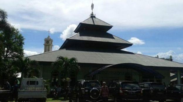 Masjid At-Taqwa Manado yang terletak di antara beberapa gereja