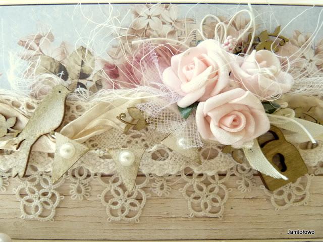 kompozycja pełna kwiatów i innych dodatków w stylu shabby chic
