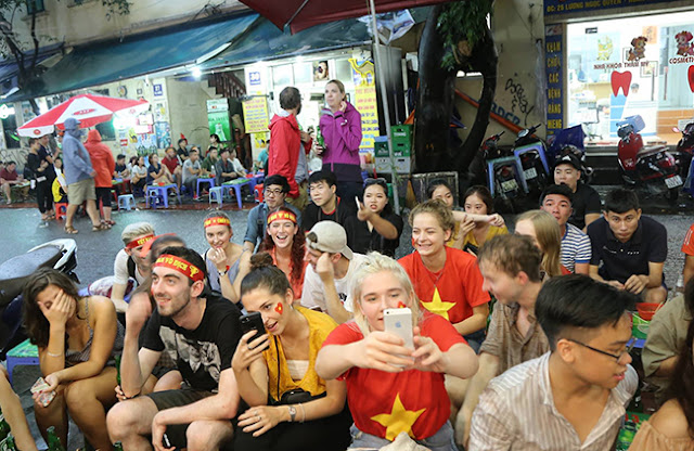 Photo: Foreign tourists also sad when Vietnam loses Korea 10