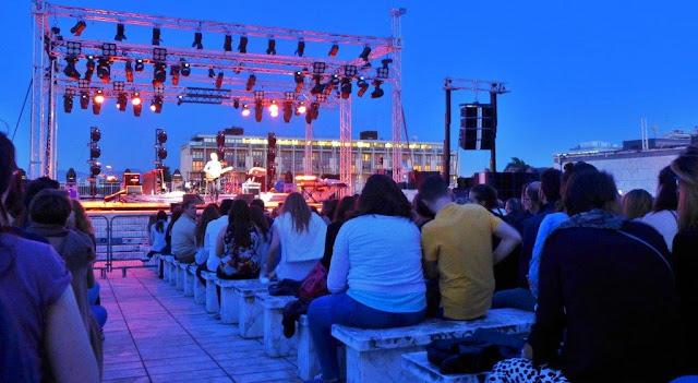 Terraza del Palazzo dei Congressi en el EUR en Roma - En el escenario, Hein Cooper, telonero en el concierto de James Morrison el 15 de junio de 2016
