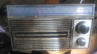 memasang baterai casan pada radio tua